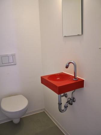rotes Waschbecken WC Atelier