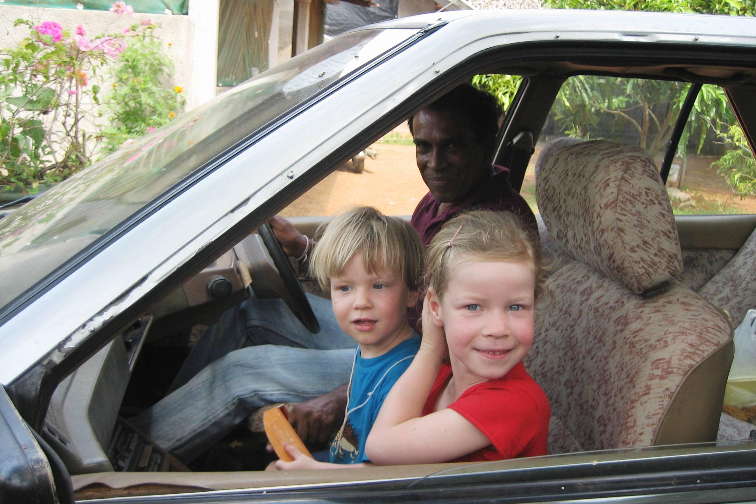 Anouk und Elia fahren Auto