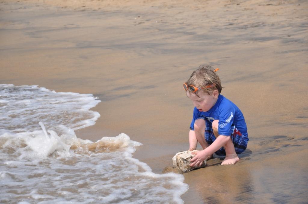 Elia spielt am Strand