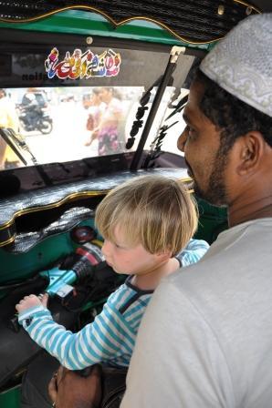 Elia fährt Tuktuk in Colombo