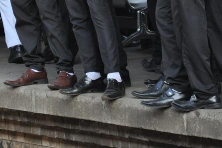 Schüler-Schuhe am Bahnsteig