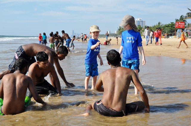 Elia un Jungs am Strand vor Skyline Colombo