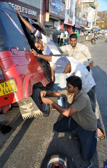 Tuktuk wird repariert (2) (411x640)