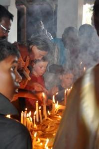 Kerzen und Räucherstäbchen